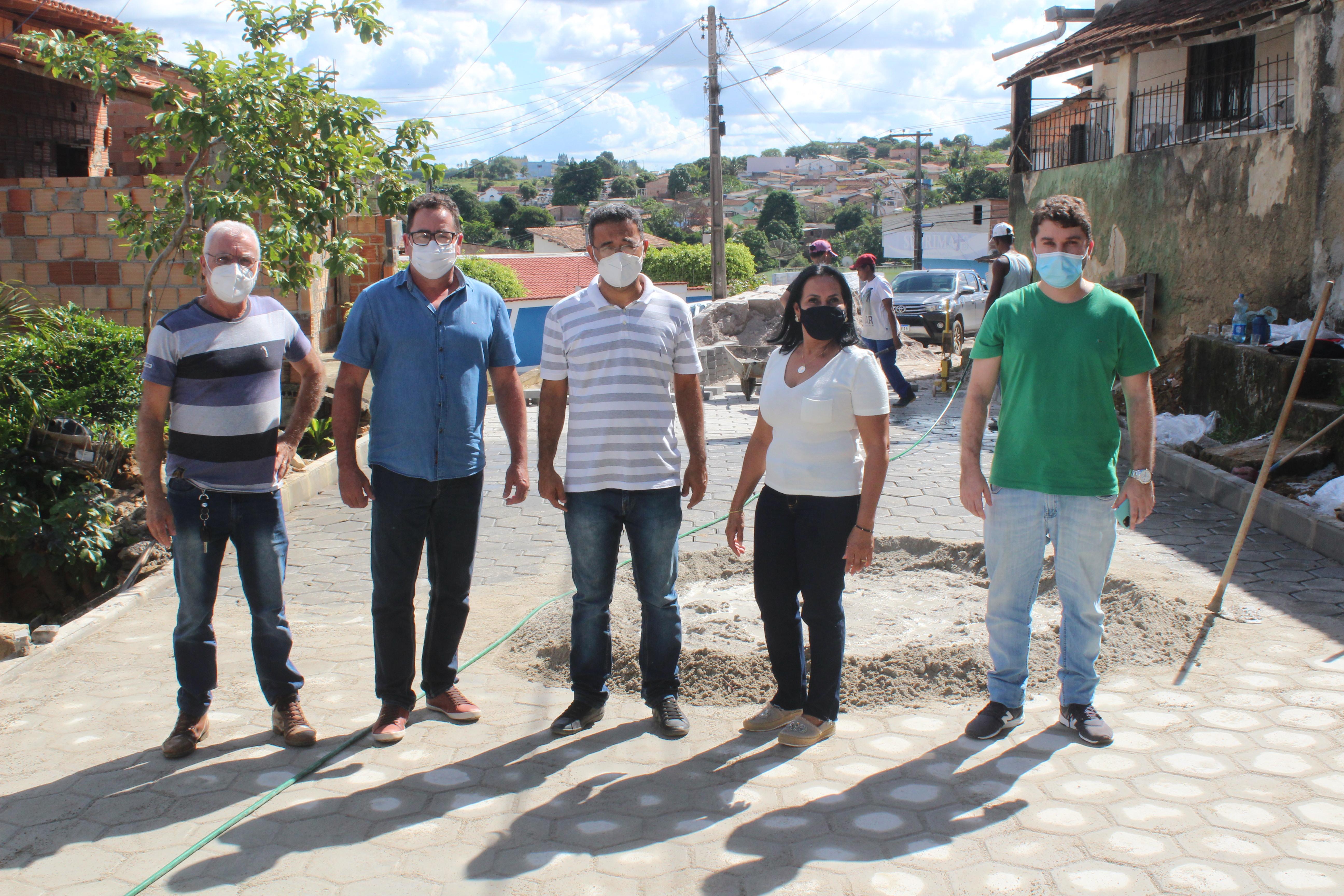 Prefeito Marcelo Angênica e secretários acompanham obras de pavimentação da Rua Castro Alves